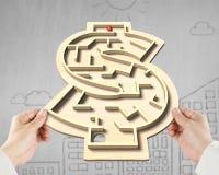 打迷宫局面在金钱塑造箱子 免版税库存照片