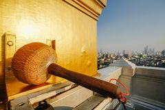 打锣在天空背景在金黄山的寺庙Wat插口在曼谷 免版税库存图片