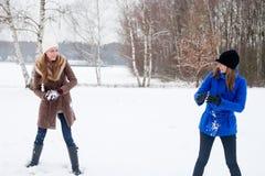 打雪仗我的姐妹 图库摄影