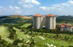 打高尔夫球与大住宅公寓和旅馆的手段 免版税库存图片