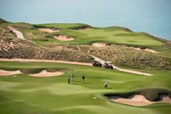 打高尔夫球与海的风景的手段 库存图片