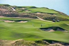 打高尔夫球与海的风景的手段 图库摄影