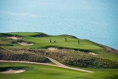 打高尔夫球与海的风景的手段 库存照片