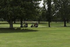 打高尔夫球使用在周围 免版税库存照片