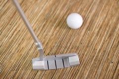 打高尔夫球在办公室或房子 库存照片