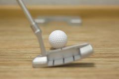 打高尔夫球在房子或办公室里 免版税图库摄影