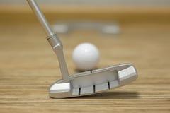 打高尔夫球在房子或办公室里 免版税库存照片