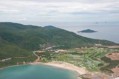 打高尔夫球在海岛的现场 库存照片