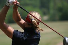打高尔夫球夫人摇摆 免版税图库摄影
