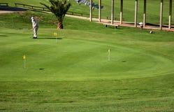 打高尔夫球实践的妇女 免版税图库摄影