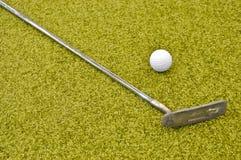 打高尔夫球微型 免版税库存图片