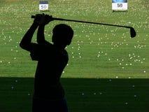 打高尔夫球摇摆 免版税库存图片