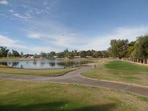 打高尔夫球的了不起的天在亚利桑那 免版税库存照片