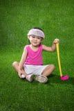 打高尔夫球的亚裔中国小女孩 免版税库存图片