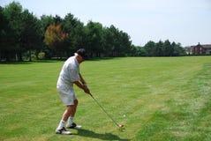 打高尔夫球的前辈 库存照片