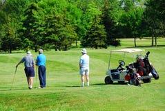 打高尔夫球的前辈 图库摄影