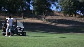 打高尔夫球的可爱的成熟妇女在司机范围 股票录像