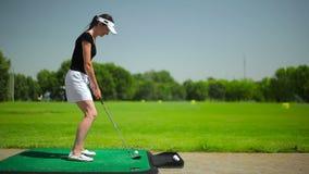 打高尔夫球的妇女在corse附近 影视素材