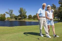 打高尔夫球的愉快的高级夫妇 免版税库存照片