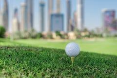 打高尔夫球的最佳的天 高尔夫球在高尔夫球bal的发球区域 免版税库存图片