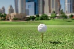 打高尔夫球的最佳的天 高尔夫球在高尔夫球bal的发球区域 免版税库存照片