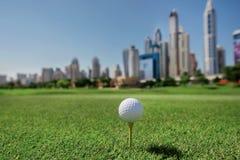 打高尔夫球的最佳的天 高尔夫球在高尔夫球bal的发球区域 库存图片