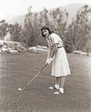 打高尔夫球的白色手套的妇女 免版税图库摄影