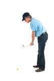 打高尔夫球的英俊的人 免版税库存图片