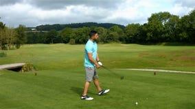 打高尔夫球的被聚焦的人 股票视频
