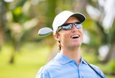 打高尔夫球的运动年轻人 免版税库存照片