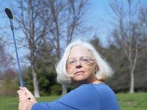 打高尔夫球祖母 库存照片