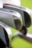 打高尔夫球行轴 免版税库存照片