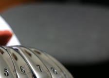打高尔夫球铁 免版税库存图片