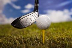 打高尔夫球,在发球区域的球 免版税库存照片