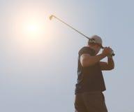 打高尔夫球,高尔夫球运动员的年轻人击中航路射击,摇摆的分类 免版税图库摄影