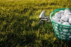 打高尔夫球-被射击与高尔夫俱乐部的高尔夫球 免版税库存照片