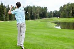 打高尔夫球 免版税图库摄影