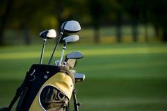 打高尔夫球 免版税库存照片