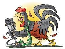 打鸣到话筒的红色雄鸡。 免版税库存照片