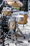打鼓与站立在露天舞台的话筒的成套工具 免版税库存照片