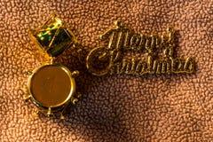 打鼓玩具在织品,静物画的圣诞快乐词 库存照片