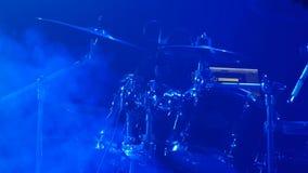 打击乐器-活摇滚乐队-鼓手吉他弹奏者特写镜头实况活动的-生活音乐会 股票录像