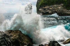 打破和飞溅在岩石的大波浪 免版税库存图片