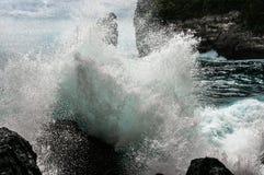 打破和飞溅在岩石的大波浪 免版税库存照片