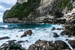 打破和飞溅在岩石的大波浪 图库摄影