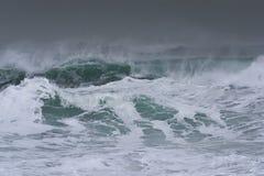 打破和飞溅在岸的详细的冬天风暴波浪 图库摄影