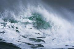 打破和飞溅在岸的详细的冬天风暴波浪 免版税库存图片