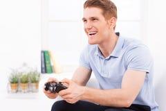 打他喜爱的电子游戏 免版税图库摄影