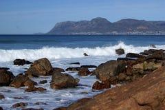打破在使的波浪开普敦海岸线震惊 免版税库存照片