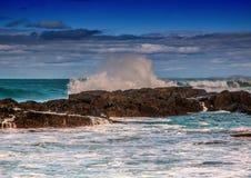 打破在印度洋的岩石的波浪在狂放的海岸  免版税库存照片